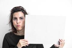 Piękna kobieta gestykuluje z blackboard odizolowywającym na bielu plecy fotografia stock