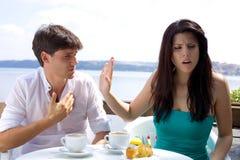 Piękna kobieta gniewna z chłopakiem no determinuje słuchać Zdjęcie Stock