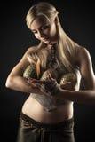 Piękna kobieta grże pożarniczych smoków jajka Fotografia Royalty Free