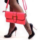 Piękna kobieta iść na piechotę inshoes na czerwonych szpilkach i menchii sprzęgłach zdjęcie royalty free