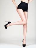 Piękna kobieta iść na piechotę w szpilkach, czarni majtasy Zdjęcia Royalty Free