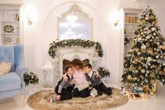 Piękna kobieta i czułości matka z dwa męskich dzieci exchang Obraz Royalty Free
