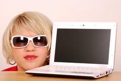 Piękna kobieta i laptop Zdjęcie Stock