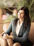 piękna kobieta jednostek gospodarczych Odpoczywać na leżance po biznesowego lunchu Obrazy Royalty Free