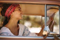 Piękna kobieta jedzie ono uśmiecha się i samochód zdjęcie stock