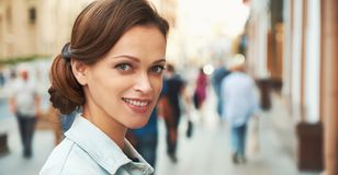 Piękna kobieta jest ono uśmiecha się toothy na ulicie obrazy royalty free