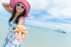 Piękna kobieta jest ubranym kapeluszy okulary przeciwsłonecznych i plażę Zdjęcie Stock