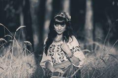 Piękna kobieta jest ubranym krajowy ukraińskiego Obrazy Stock