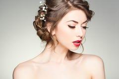Piękna kobieta jest ubranym naturalnego makijaż z perfect skórą