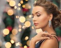 Piękna kobieta jest ubranym pierścionek i kolczyki zdjęcia stock