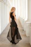Piękna kobieta jest ubranym prześwietną suknię Obraz Royalty Free