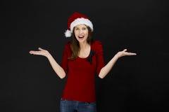 Piękna kobieta jest ubranym Santa kapelusz obraz stock