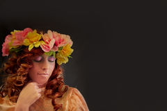 Piękna kobieta Jest ubranym wianek Ładni kwiaty obraz stock