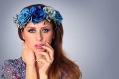 Piękna kobieta jest ubranym wianek zdjęcia royalty free