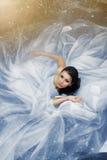 Piękna kobieta jest ubranym wspaniałą ślubną suknię w wodzie Zdjęcia Stock
