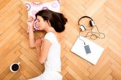 Piękna kobieta kłaść na podłoga z laptopem, smartphone, c Zdjęcie Royalty Free