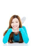 Piękna kobieta kłama jej głowę i proping. Obraz Royalty Free