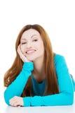 Piękna kobieta kłama jej głowę i proping. Obrazy Stock
