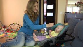 Piękna kobieta karmi syna dziecka w domu 4K zbiory