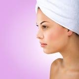 Piękna kobieta, kierowniczy ręcznik, profilowy obrazek fotografia stock