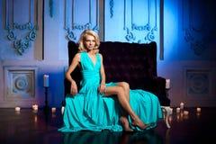 Piękna kobieta lubi princess w pałac Luksusowy bogactwo fa Zdjęcie Royalty Free