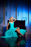 Piękna kobieta lubi princess w pałac Luksusowy bogactwo fa Obrazy Stock