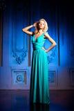 Piękna kobieta lubi princess w pałac Luksusowy bogactwo fa fotografia stock
