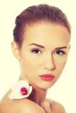Piękna kobieta ma białego kwiatu na ramieniu obrazy stock