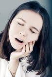 Piękna kobieta ma toothache zamknięty up Zdjęcia Royalty Free