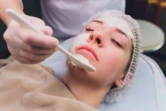 Pi?kna kobieta ma twarzowego kosmetycznego p?taczki traktowanie od fachowego dermatologa przy wellness zdrojem starzenie si? zdjęcia royalty free