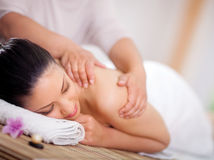 Piękna kobieta ma wellness masaż przy zdroju salonem z powrotem Zdjęcie Royalty Free