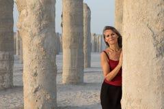 Piękna kobieta ma zabawę bawić się wokoło betonowych filarów zdjęcie stock