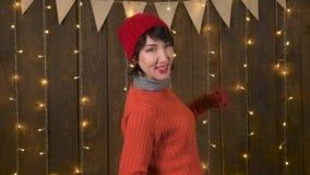 Piękna kobieta ma zabawę i tana na ciemnym drewnianym tle zdjęcie wideo