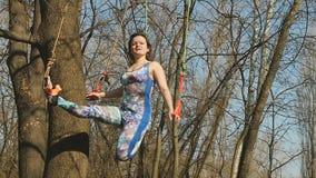 Piękna kobieta medytuje na arkanach w parku zdjęcie wideo