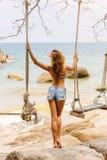 Piękna kobieta na huśtawce w zwrotnikach Obraz Stock