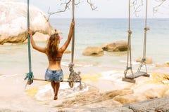 Piękna kobieta na huśtawce w zwrotnikach Fotografia Royalty Free