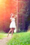 Piękna kobieta na naturze piękne dziewczyny na zewnątrz young enjoy zdjęcie stock