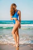 Piękna kobieta na oceanie Krystaliczny błękitny morze na tropikalnej plaży Wakacje w raju Ocean plaża relaksuje w Bali Obrazy Royalty Free