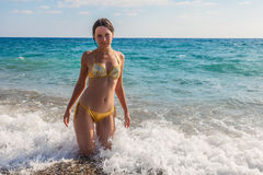 Piękna kobieta na plaży Zdjęcia Royalty Free