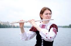 Piękna kobieta na rzecznej bawić się fletowego celta średniowiecznej muzyce Zdjęcie Stock