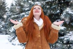 Piękna kobieta na zimie plenerowej, śnieżni jedlinowi drzewa w lesie, długi czerwony włosy, jest ubranym barankowego żakiet Obraz Royalty Free