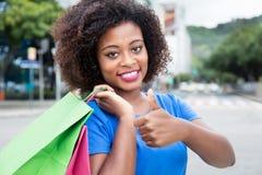 Piękna kobieta od Afryka lubi robić zakupy Zdjęcia Stock