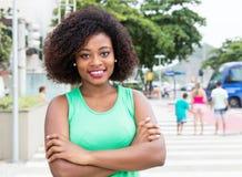 Piękna kobieta od Afryka w zielonej koszula w mieście Zdjęcia Stock