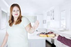 Piękna kobieta odmawia jeść donuts Zdjęcie Royalty Free