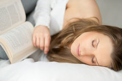 Piękna kobieta odpoczywa książkę i czyta Fotografia Stock