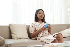Piękna kobieta odpoczywa na kanapie zdjęcia royalty free