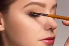 Piękna kobieta ono przygląda się z makijażem i muśnięciem fotografia stock