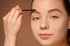 Piękna kobieta ono przygląda się z makijażem i muśnięciem obraz royalty free
