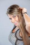 Piękna kobieta ono uśmiecha się dla kamery, flirtu i trzymać jej brzęczenia, Obrazy Royalty Free