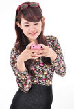 Piękna kobieta ono uśmiecha się podczas gdy niosący telefon komórkowego Zdjęcie Stock